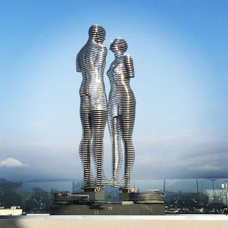 La-Statue-de-lAmour-de-Tamara-Kvesitadze- Cette sculpture poétique met en scène l'amour impossible entre deux géants qui ne peuvent pas se toucher