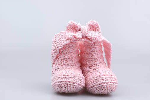 Čelenka a čižmičky pre bábätko sú ručne háčkované z prírodného materiálu - z kvalitnej nórskej extra jemnej bledoružovej 100% merino vlny vhodnej pre citlivú detskú pokožku.Súprav...