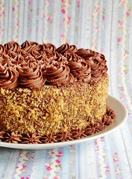 Mod de preparare tort de ciocolata: Blat: Albusurile se bat spuma tare cu un praf de sare. Se adauga zaharul si se mixeaza pana spuma devine densa si consistenta. Galbenusurile se mixeaza cu cele 3 linguri cu ulei si se adauga in spuma de albus amestecand usor. La sfarsit incorporam …