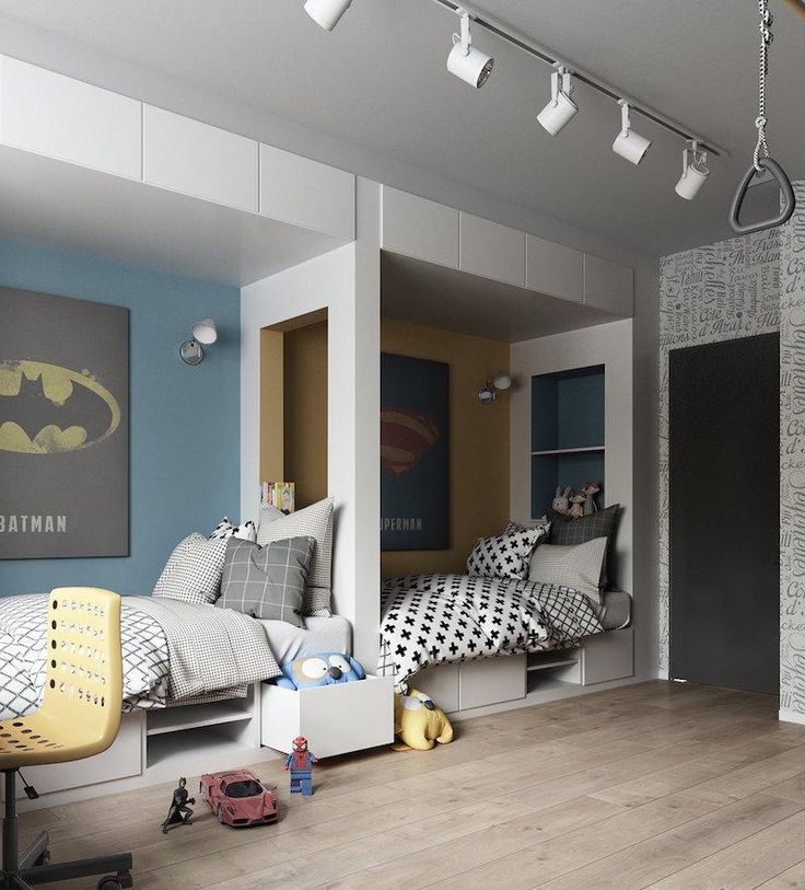 chambre 2 enfants avec lits-niches avec tiroirs de rangements, spots sur rail et posters