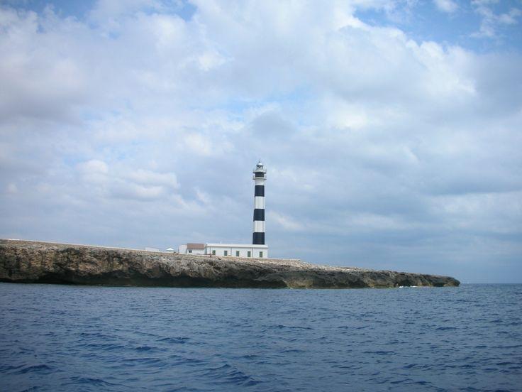 Faro de Artrutx - visto desde el mar Cabo de Artrutx El Faro de Artrutx está unos 8 km al sur de Ciudadela, en el Cap d'Artrutx. Se trata de un faro construido a mediados del siglo XIX, y rodeado de una urbanización por lo que no tiene tanto encanto como por ejemplo los faros de Punta Nati o Cavalleria. Su principal característica son sus rayas blancas y azules, que vistas desde el mar llaman bastante la atención. Cuando se inauguró por primera vez, el sistema de iluminación funcionaba co...