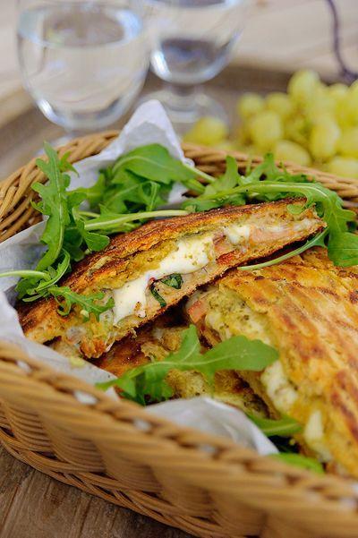 Bereiden:Snijd de focaccia door en besmeer beide helften met de groene pesto. Beleg de onderste helft met de mozzarella. Leg er plakjes tomaat op en breng op smaak met zout, peper en basilicum.Leg er plakjes rode ui en avocado op. Plaats de bovenste helft van het brood erop en besmeer beide kanten licht met wat olie.Bak de focaccia in ca. 12 min. aan beide kanten op een hete grill of gebruik de grill in je oven tot de buitenkant krokant en bruin is en de mozzarella gesmolten is.