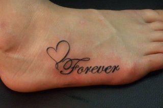 Женская татуировка любовь с надписью и сердцем на ступне