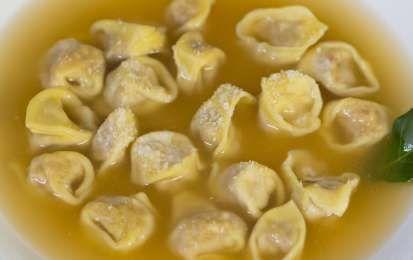 Tortellini in brodo - Prova la ricetta dei tortellini in brodo dalla tipica tradizione bolognese, per i vostri piatti pieni di gusto e ricchi di tradizione.