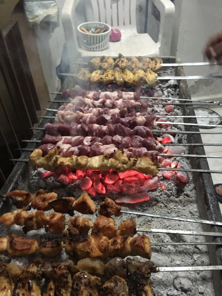 """Kebap ( kebab ) denince dünyada ilk akla gelen ülke Türkiye, Türkiye'de de ilk akla gelen il Adanadır. Mangal kültürü o kadar gelişmiştir ki """"Adana Kebabı"""" diye tescillenmiştir. Öyle çok fazla bir malzeme ile karılmayan et amma ve lakin özenle seçilmiş bir et vardır. Mangaldaki kömürün ete olan yüksekliği ve geçkinliğinden şişin metal cinsine kadar …"""