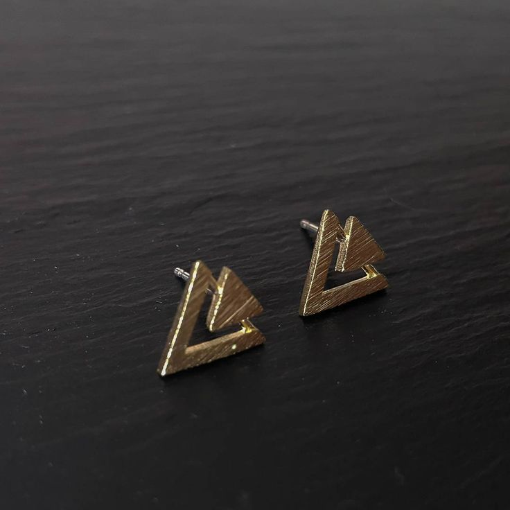 Retrouvez ces boucles d'oreilles sur Luna Pyxis  ☺ Get our double triangle earrings on Lunapyxis.com  #lunapyxis #earrings #fblogger