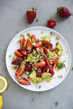 Brainfood United! Erdbeeren, Walnüsse und Avocados sind wahre Superfoods, wenn es um Gehirnnahrung geht. Sie helfen dabei, uns zu konzentrieren, die Nerven zu behalten und Stressphasen besser zu...