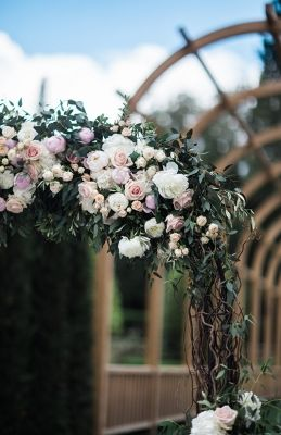 Floral arch with willow branches, roses and peonies - Ph. The Fashion Wedding