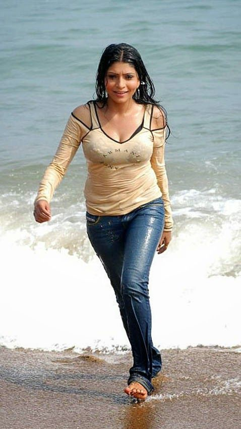 Tamil Movie Actress Pooja Roshan in wet Tight T Shirt ...