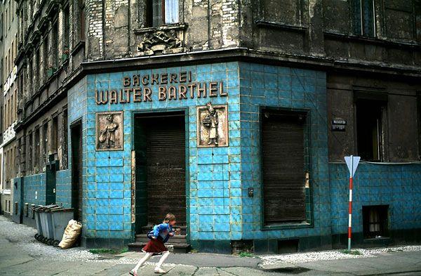 Foto Thomas Hoepker: Straße mit einer alten Bäckerei, Halle, 1991
