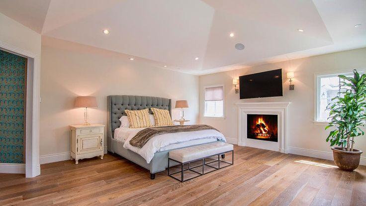 Táto jednoduchá, no útulná spálňa s kozubom patrí ryšavke Poppy Montgomery. Vysoké stropy, drevené podlahy, jemné farby, trochu zelene. Stavila na klasiku a trafila do čierneho, čo poviete?