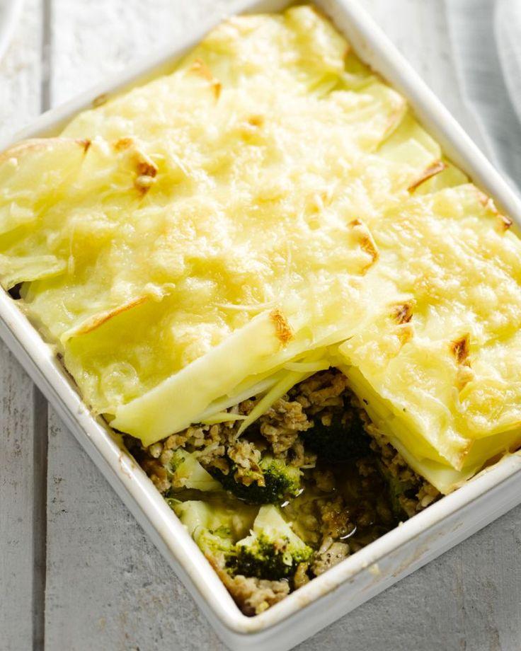 Een heerlijk bakje comfort food met kruidig gehakt, aardappelschijfjes, broccoli en uiteraard kaas die lekker krokant wordt in de oven.