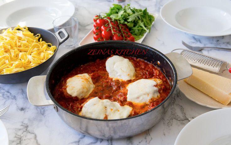 Saftiga kycklingfiléer toppade med mozzarella som tillagas i en god tomatsås. Passar perfekt att serveras med pasta! Du kan byt ut kycklingen mot aubergine,det blir ljuvligt gott det med. 4 portioner 4 st kycklingfiléer Salt & peppar 1 st mozzarella Olja till stekning Tomatsåsen: 1 lök 2 vitlöksklyftor 2 pkt krossad tomat av god kvalité (gärna finkrossad) 1 msk tomatpuré 1 näve färska basilikablad eller 2 tsk torkad basilika 1 msk balsamico 1 tsk dijonsenap Salt & peppar Ca 1 dl vatte...
