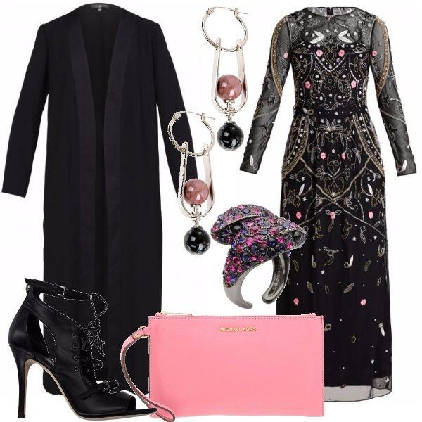 Sei alla ricerca di un look particolare per la sera di Capodanno? Questo è l'outfit che fa per te. Protagonista del look è lo splendido abito lungo con ricami e applicazioni da indossare con il cappotto lungo nero. Gli accessori sono davvero femminili: splendido anello, scarpe col tacco, pochette rosa e orecchini pendenti.