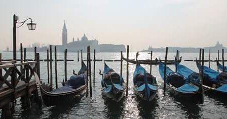 Luci ombre e #gondole (sm) #comunevenezia #venezia #venice #myvenice #venedig #venicegram #igersvenezia #igersveneto #ilovevenice #veneziaisole #riva #nuvole #ombre #gondola #lagoon by comunevenezia
