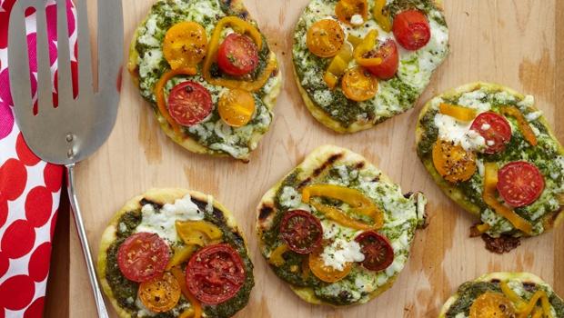 Dinner Tonight: Mini Grilled Pesto Pizzas: Dashrecipes Com, Grilled Minis, Pesto Pizza, Minis Grilled, Quick Recipes, Pizza Recipes Pesto, Grilled Pizza, Grilled Pesto, Minis Pesto