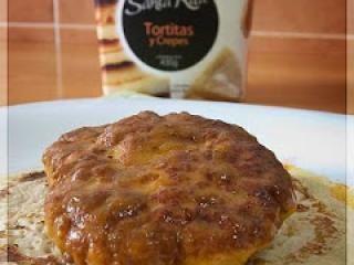 Hamburguesas de Pollo en Salsa de Azafrán, sobre Tortitas de Queso Azul