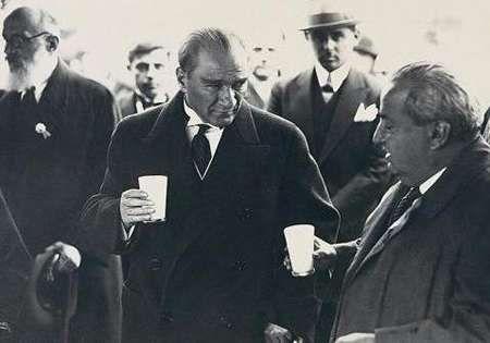 Atatürk'ün Orman Çiftliği'nde Ayran İçerken Çekilmiş Resmi