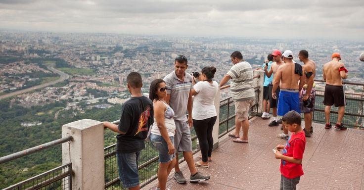 Pico do Jaraguá, que tem mirante para a cidade de São Paulo, é um dos programas turísticos da cidade. Passeio pode ser feito por trilha ou de carro. A Estrada Turística do Jaraguá leva até o pé de uma escadaria