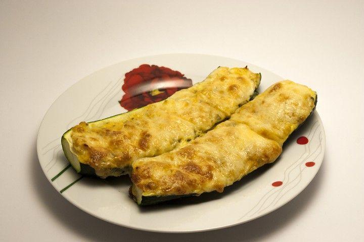 Szeretem nagyon a cukkinit, nagyon sokoldalú zöldség. A sajtról nem is beszélve, szóval kérdés nem volt, hogy megsütöm-e! :)  Hozzávalók 3-4 főre:    4 db közepes salátacukkini,   1 nagy hagyma,   2 tojás,   olasz fűszerkeverék (bors, fokhagyma, oregánó, bazsalikom, kakukkfű, petrezselyem),   só,   olaj,   vaj,   1-2 ek reszelt keménysajt, pl. parmezán (elhagyható),   kb. 30-40 dkg reszelt trapista.  A hagymát felkockáztam, a cukkinik két végét levágtam, majd hosszában félbe vágtam…