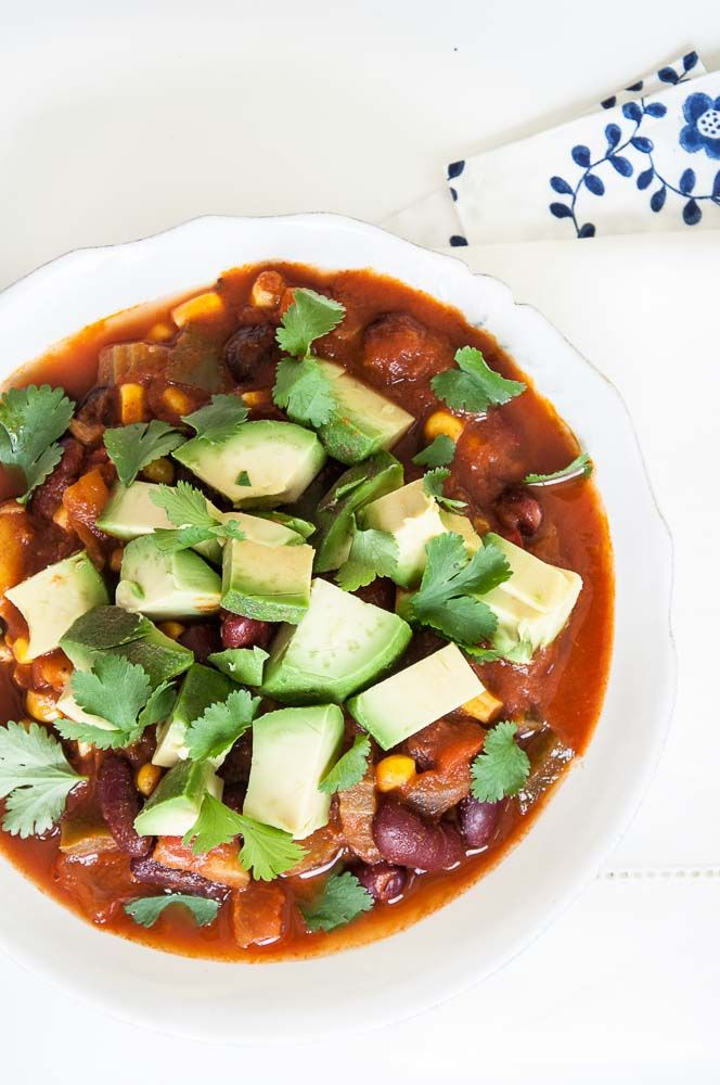 Easy Vegan Chili Recipe - An easy vegan chili recipe that is loaded with vegetables , beans, and topped with avocado and fresh cilantro. Kid-friendly chili!