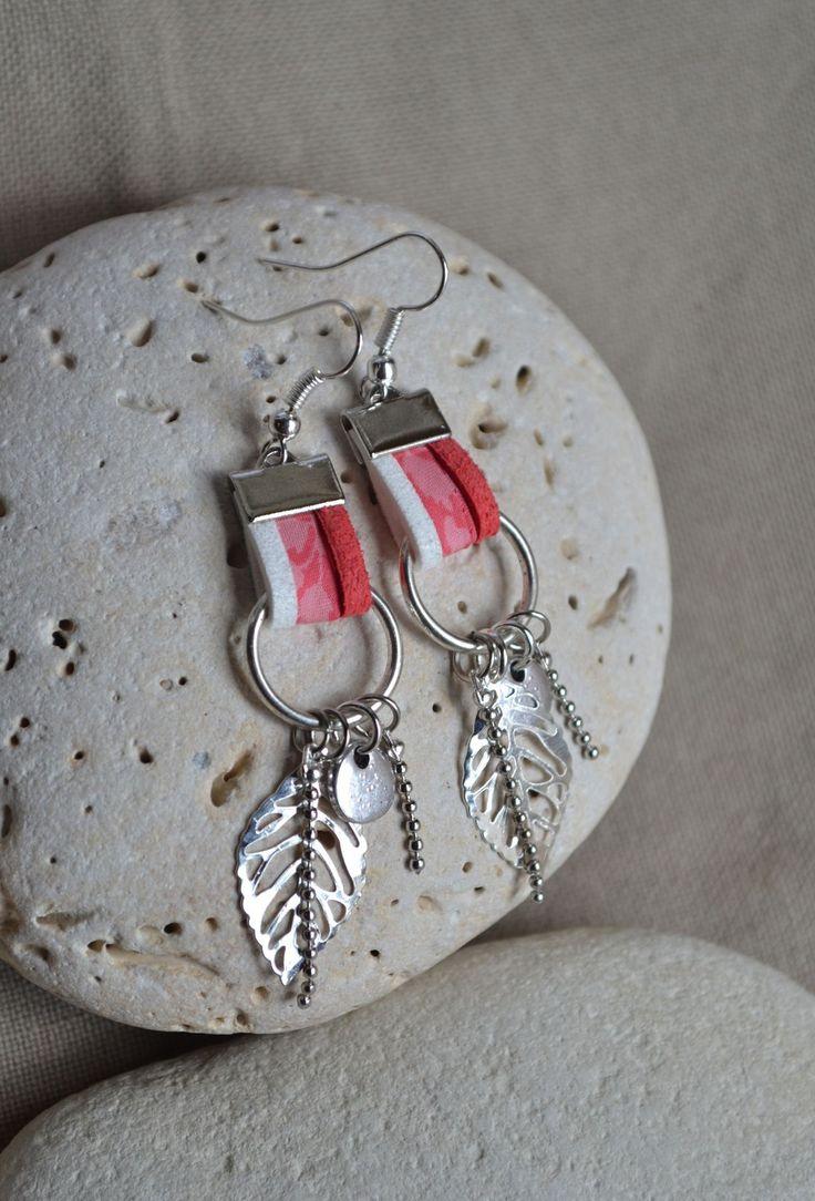 Boucles d'oreilles avec cordon liberty rose, suédine et breloques sur anneaux