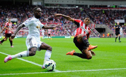 Patrick Van Aanholt en favor del Sunderland y Nathan Dyer del Swansea, guapean el balón: Premier League.