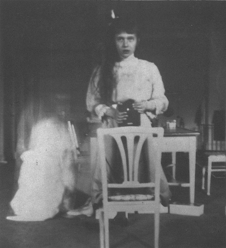 La granduchessa Anastasia Nicolaevna in un autoritratto  allo specchio scattato nel 1913 nella stanza dei giochi della residenza di Tsarskoe Selo, a San Pietroburgo, con un apparecchio Kodak Brownie. La più giovane delle figlie dello czar Nicola II aveva una vera mania per i selfie