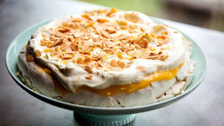 Masterchef 2016 : Masterclass : Nigella Lawson: Lemon (Curd with slivered toasted almonds) Pavlova