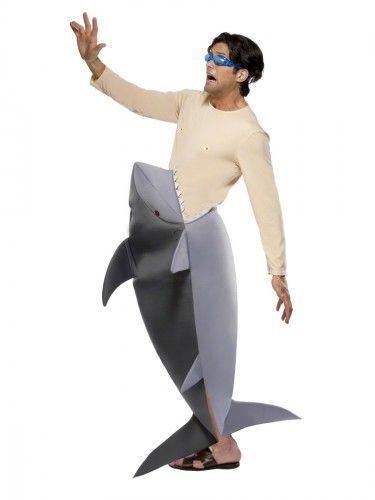 Grappig witte haaien kostuum in de vorm van een jou opetende haai. Dit haaien kostuum bestaat uit: witte haai, bodysuit en duikbril. Maat haaienpak: one size. Afmeting: Het haaien kostuum is 1 geheel en ongeveer 149 cm lang. De onderzijde van dit haaien pak is open zodat u er normaal mee kan lopen. Afmeting: gehele kostuum ca. 149 cm. Afmeting haai: ca. 120 cm. Een echte Jaws ervaring met dit haaienpak.