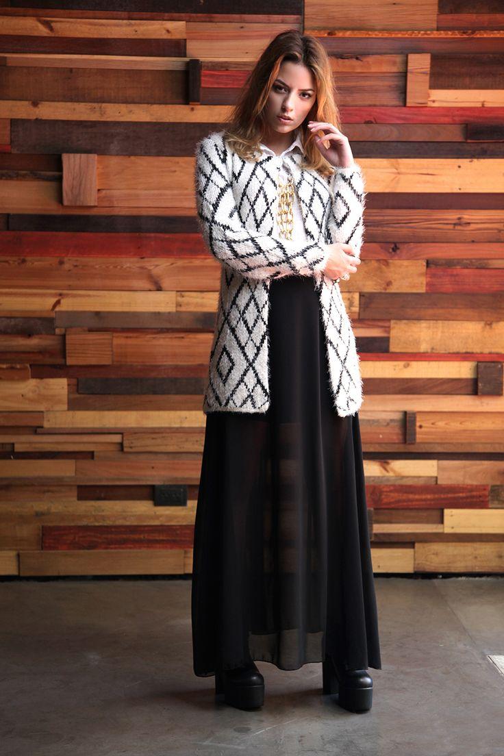 Saco de lana a rombos - Camisa plisada - Maxi falda de gasa - Collar de cadenas en dorado
