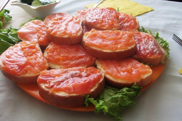 Классический бутерброд с красной рыбой и зеленью