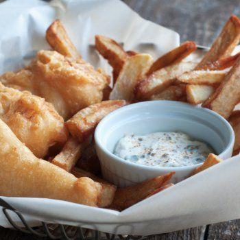 Fish & Chips de Cabillaud, sauce tartare | Préparation 20mn - Cuisson 10mn | Ingrédients pour 4 personnes : • 480g de cabillaud • 1L d'huile de tournesol • 2 oeufs • 200g de farine • 500g de chapelure • 1 citron • sel • poivre • persil frais *** Pour la sauce : • 2 CàS de câpres • 2 CàS de cornichons • 15 cl de mayonnaise