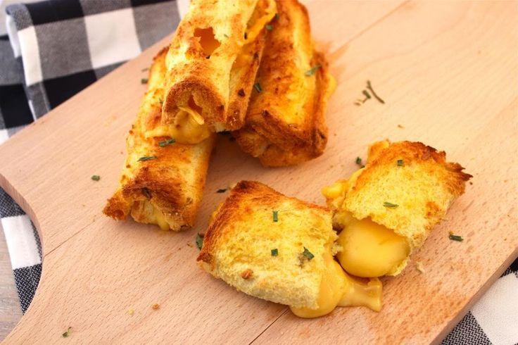 Deze lekkere en snelle snack, kaasbroodrolletjes heb je binnen 5 minuten gemaakt, waarna deze alleen nog circa 10 minuten in de oven moeten. En je hebt er maar 3 ingrediënten voor nodig! Tijd: 20 min. Recept voor 2 personen Benodigdheden: 4 boterhammen een paar plakjes kaas snufje zout/peper Bereidingswijze: Begin met het voorverwarmen van je oven op...Lees Meer »