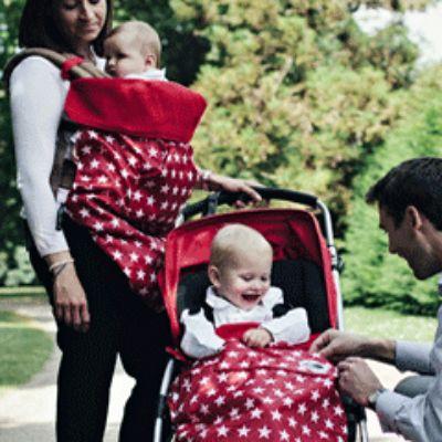 #Cobertoresportabebés #BundleBean muy versátiles para #portabebés, sillas de bici, sillas de paseo, sillas de coche o incluso mantita de juego si lo abres totalmente. Modelo en color rojo con estrellas.