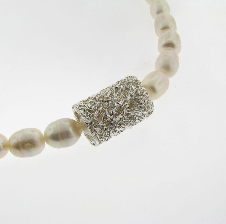 Colección Nido, cilindro para poner con collar de perlas.