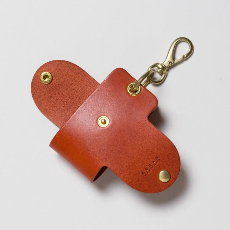 かさばる鍵の束をすっきりスマートにまとめキーケース。革はこだわりの植物性タンニン鞣しのものを使っています。