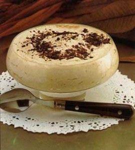 Mousse de café: Esta receta te muestra de una manera fácil y rápida a preparar esta mousse de café, ideal como broche de una comida. Es un postre refrescante, ligero y resulta delicioso; en caso de que haya niños se puede cambiar el café por cacao o chocolate. Ingredientes - 200 mililitros de nata líquida para montar - 6 sobrecitos de café o descafeinado soluble - 6 cucharadas de azúcar - Fideos de chocolate - Granos de café...