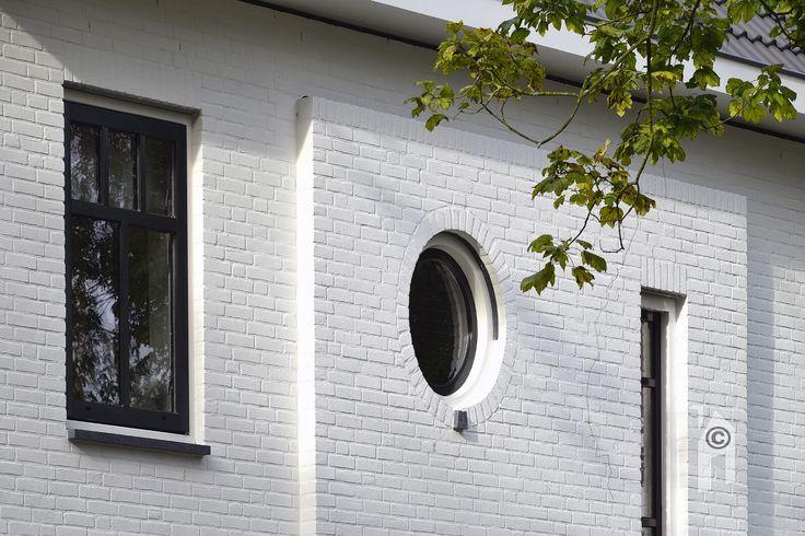 Het ronde raampje naast het verticale venster (front)
