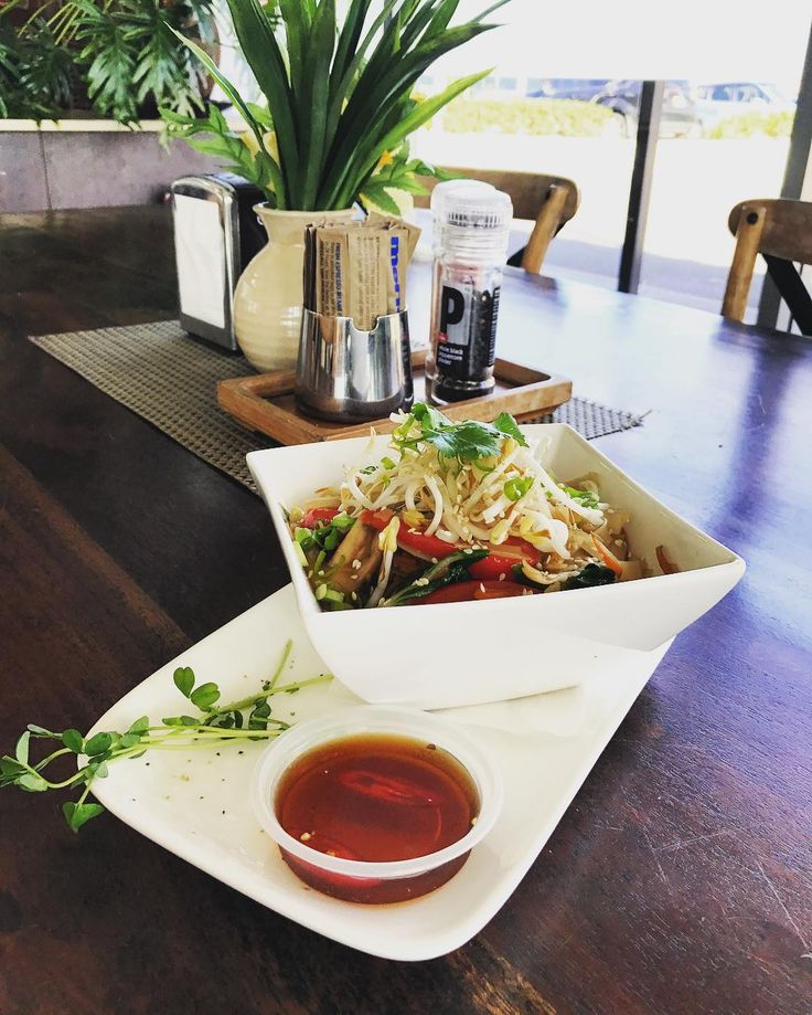 Enjoy a good meal this weekend at Vast Cafe Kawana featuring their vegetable stir fry with flat noodle! Oh Yum! This styled shot by @thyphamgordon definitely made us hungry! #Vast #TheMomentMakers