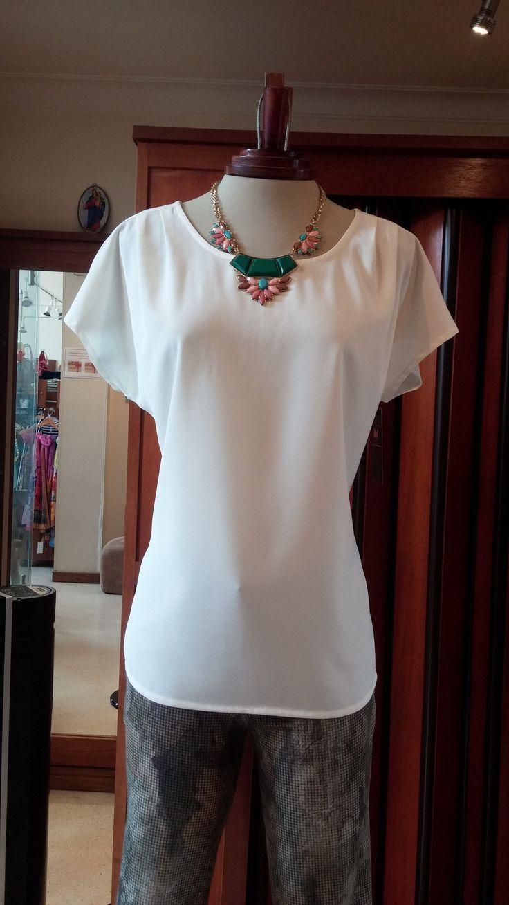 Qué opinas de esta camisa Beige marca Dod en poliester combinado con un pantalón estampado flores de excelente diseño.