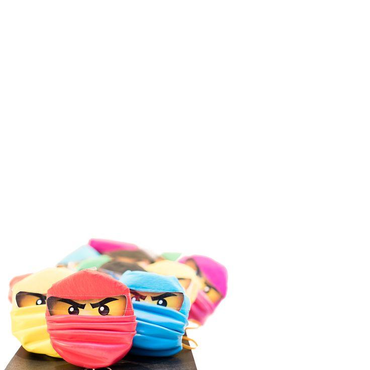LEGO ninjago traktatie. Stroopwafels met aluminiumfolie, crepepapier, boksballonnen en printable Lego oogjes.