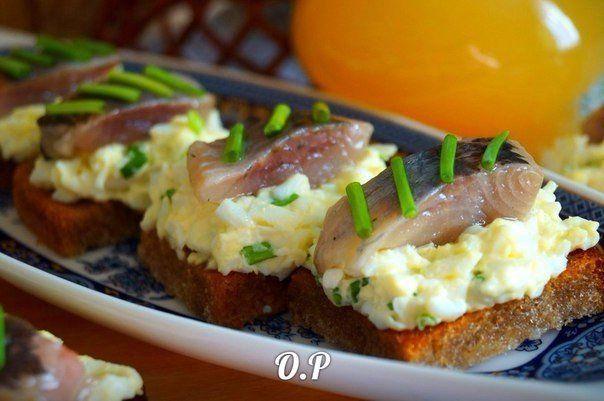 Гренки с яйцом и селёдочкой.  Для приготовления понадобится:  филе сельди - 200 гр  чёрный хлеб - 4 кусочка  яйца - 4 шт  зелёный лук - небольшой пучок  майонез - 2 -3 стол ложки (для заправки)  соль и перец - по вкусу  растительное масло - для жарки   Филе сельди нарезать на порционные кусочки.  Яйца отварить в крутую,остудить,очистить от скорлупы и натереть на крупной тёрке.  Зелёный лук мелко нарезать.  Перемешать натёртые яйца с нарезанным зелёным луком,посолить,поперчить и заправить…