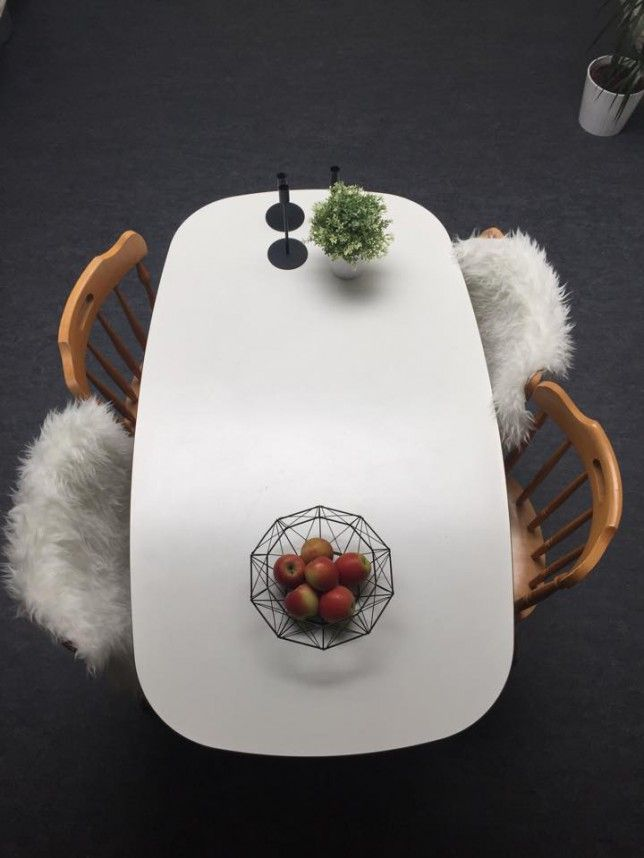 stole fra loppemarked. Skind fra ikea, bord fra Biva.