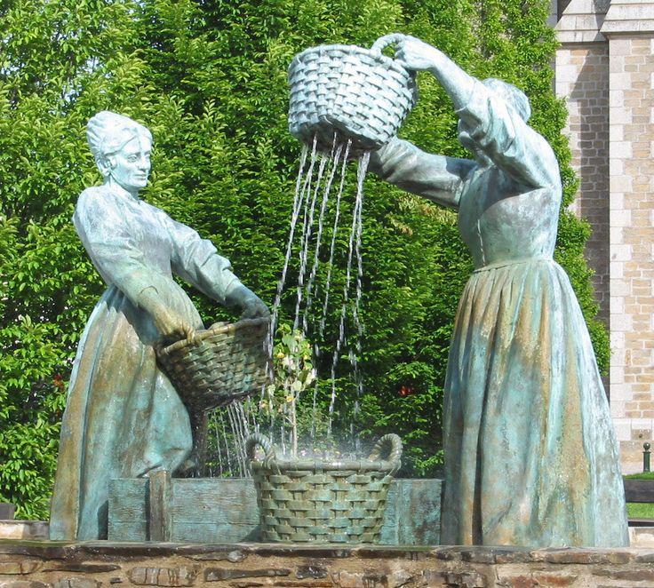"""""""Le Lavage des Huitres"""", statues de bronze  à Cancale,  Brittany"""