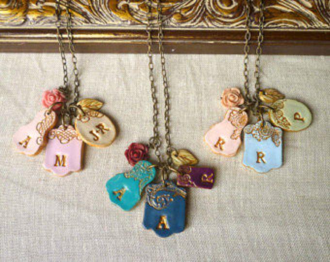 cluster di 4 medaglioni lettera della mamma, regali per la mamma da bambini, Kids iniziali collana, gioielli festa della mamma, mamma moderna collana, colori