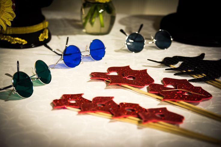 Tenemos accesorios originales para que los invitados usen en la fotocabina.  Fotocabina Memorabilia - Recordatorios para matrimonio