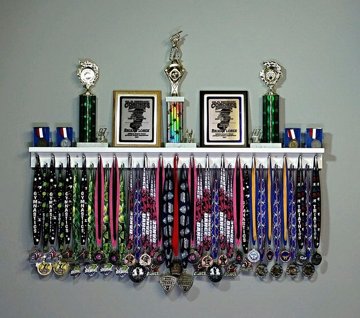 M s de 25 ideas incre bles sobre estante de trofeos en for Ideas para colgar medallas