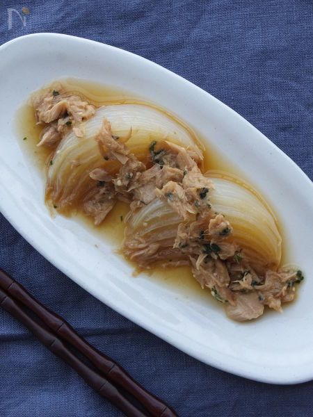 オリーブオイルでトロ甘に蒸し焼きした新たまねぎを、ツナ缶と味噌をはじめとする和風調味料でマリネした一品です。  サラダ、前菜としても、お弁当やおつまみにも、作っておけば便利な常備菜です。