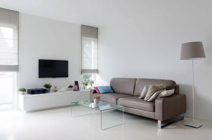 """""""Vizuálně hezký obývací pokoj je při hlubší rozvaze poněkud nepraktický na bydlení. Prostorově logicky umístěna sedačka je doplněna nesmyslným umístěním televize. V prostorném pokoji mi chybí křeslo, nebo rohový modul pro usazení návštěv. Přemíra bílé na mě působí chladně. Světlá podlaha se k tomu ještě těžce udržuje. Některé osoby se na ní necítí jistě. Takže ještě jednou, hezký, ale nepraktický."""""""